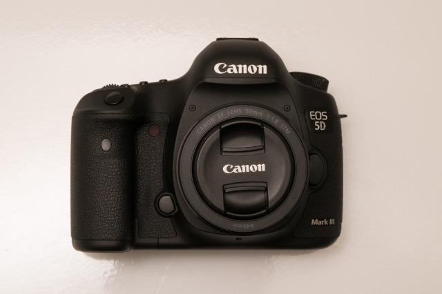CANON EOS 5D Mark IIIの前側の写真