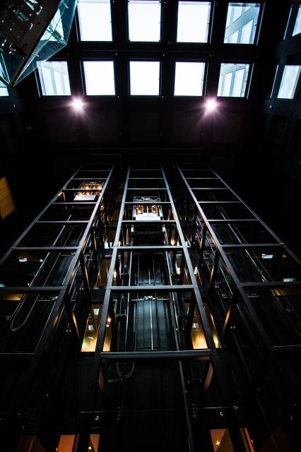 超広角レンズでエレベーターを撮る